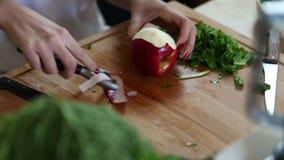 Close-up da maçã da casca com descascador filme