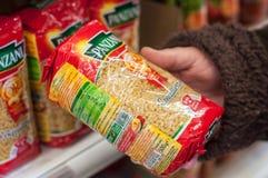 Close up da massa do tipo de Panzani à disposição no supermercado de Cora Imagens de Stock