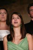 Close up da menina adolescente com cintas que canta Imagens de Stock