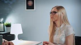 Close-up da menina agradável que senta-se no armário do psicólogo e que fala sobre experiências emocionais vídeos de arquivo