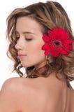 Close-up da menina bonita com a flor vermelha do áster Imagem de Stock Royalty Free