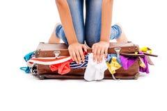 Close-up da menina que embala sua mala de viagem completamente de fotos de stock royalty free