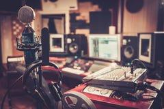 Close-up da mesa de controle do estúdio de gravação imagem de stock