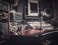 Close-up da mesa de controle do estúdio de gravação do boutique fotografia de stock