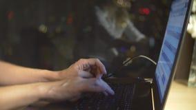 Close-up da mo?a que usa o laptop para o trabalho remoto no fundo da janela, na tecnologia e na rede social vídeos de arquivo