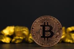 Close up da moeda digital do bitcoin e da pepita de ouro ou minério do ouro no fundo preto, na pedra preciosa ou na protuberância fotografia de stock