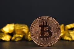 Close up da moeda digital do bitcoin e da pepita de ouro ou minério do ouro no fundo preto, na pedra preciosa ou na protuberância fotos de stock royalty free
