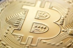 Close up da moeda do monet do bitcoin do ouro foto de stock royalty free