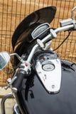 Close up da motocicleta do preto do cromo estacionada Foto de Stock