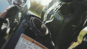 Close up da motocicleta da gasolina da suficiência estoque Close-up da reflexão do homem no detalhe do cromo de motocicleta motor filme