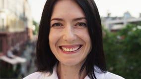 Close-up da mulher adulta feliz que ri e que olha a câmera na cidade video estoque