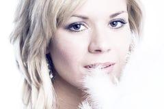 Close-up da mulher bonita com pena branca fotos de stock royalty free