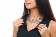 Close-up da mulher bonita que veste a joia de prata luxuosa nee fotografia de stock royalty free