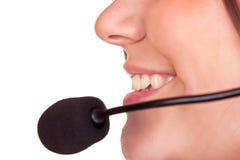 Close-up da mulher com auriculares e microfone Fotografia de Stock Royalty Free