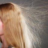 Close up da mulher com cabelo louro estático fotografia de stock royalty free
