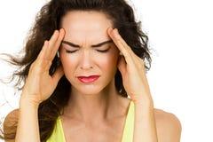 Close-up da mulher com dor de cabeça má fotografia de stock