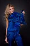 Close up da mulher da forma com o lenço azul do vôo Fotografia de Stock Royalty Free