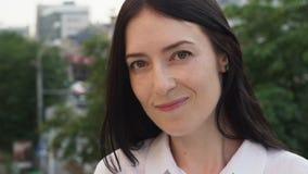 Close-up da mulher de negócio adulta feliz que olha a câmera na cidade vídeos de arquivo