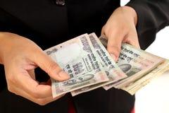 Close up da mulher de negócio com contagem do dinheiro Fotografia de Stock