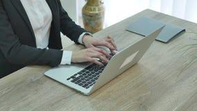 Close up da mulher de negócios que datilografa no laptop video estoque