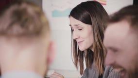 Close-up da mulher de negócios segura bem sucedida que fala aos trabalhadores multi-étnicos na sessão do seminário de treinamento video estoque