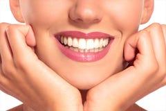 Close up da mulher de sorriso com os dentes brancos perfeitos Fotos de Stock