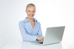 Close up da mulher de sorriso no fundo branco fotos de stock