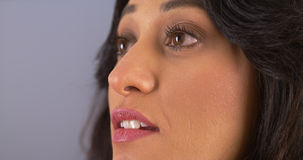 Close up da mulher latino-americano que olha surpreendido imagem de stock