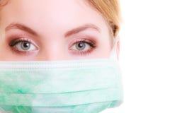 Close up da mulher na máscara protetora verde Segurança no trabalho do risco imagens de stock royalty free