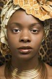 Close-up da mulher nova do americano africano em Tradit Imagem de Stock Royalty Free