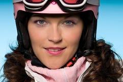 Close-up da mulher nova que desgasta o capacete cor-de-rosa do esqui Fotos de Stock