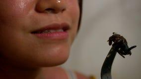 Close up da mulher que come a aranha para o jantar no restaurante asiático em Camboja video estoque