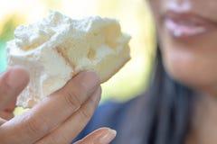 Close up da mulher que come o bolo fotografia de stock royalty free