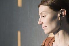 Close up da mulher que escuta a música imagens de stock royalty free