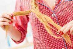 Close up da mulher que faz a trança no cabelo louro imagens de stock