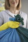 Close up da mulher que guarda o saco de lixo imagem de stock