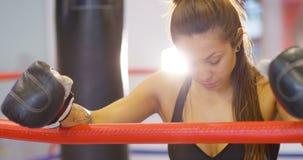 Close-up da mulher real e poderosa após um exercício do encaixotamento filme