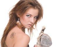 Close up da mulher selvagem nova com martelo de pedra Imagem de Stock Royalty Free