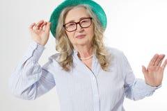 Close up da mulher superior à moda feliz em vidros do negócio e em chapéu do verão Positivo vivificante das pessoas adultas Saudá fotografia de stock royalty free