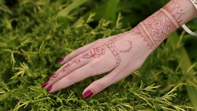 Close-up da noiva indiana da mão com tatuagens do mehendi vídeos de arquivo