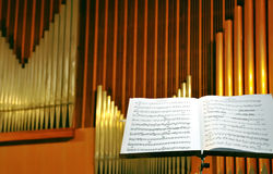 Close up da página musical com tubulações de órgão Imagens de Stock Royalty Free