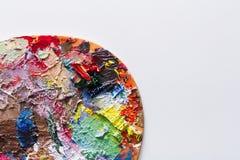 Close up da paleta da arte com os cursos coloridos da pintura, isolados Foto de Stock Royalty Free