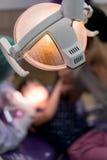 Close-up da parte traseira da lâmpada na clínica dental imagem de stock royalty free