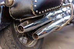 Close-up da parte traseira de uma tubulação de exaustão da motocicleta imagens de stock