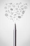 Close-up da pena com ícones sociais dos meios Imagens de Stock