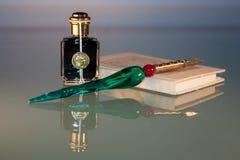 Close up da pena, da tinta e do caderno Foto de Stock Royalty Free