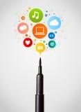 Close-up da pena de feltro com ícones sociais da rede Imagens de Stock