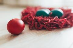 Close-up da pilha de ovos da páscoa coloridos do chocolate imagem de stock