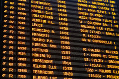 Close up da placa da programação do estação de caminhos-de-ferro Imagens de Stock