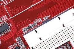 Close-up da placa de circuito eletrônico vermelha com processador Fotos de Stock